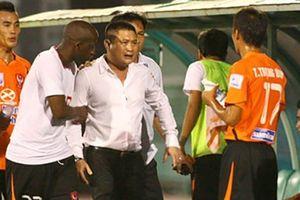 'Vỗ mặt' trọng tài, bầu Thụy lấp lửng trở lại V-League