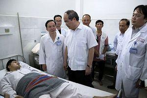 Bí thư Thành ủy TP Hồ Chí Minh thăm các 'hiệp sĩ' bị cướp tấn công