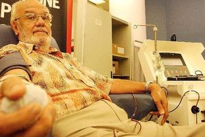 Cụ ông hiến máu hiếm cứu 2,4 triệu trẻ em