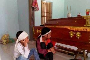 Mẹ bị sét đánh tử vong, hai con thơ đeo khăn trắng chờ bố về