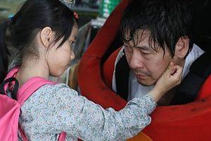 Bộ phim về bé gái Hàn Quốc 8 tuổi bị tấn công tình dục và hành động lạ của người bố khiến bao người rơi nước mắt