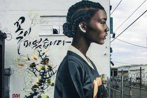 Tranh tường vẽ phụ nữ da đen trong trang phục truyền thống Hàn Quốc