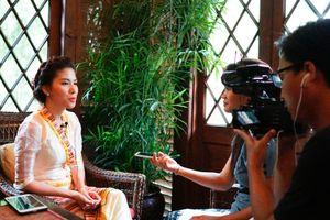 Á hậu Loan Vương lên phóng sự của Đài truyền hình Myanmar