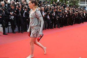 Kristen Stewart phá luật, cởi giày đi chân trần trên thảm đỏ Cannes