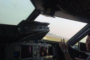 Máy bay rụng cửa kính, phi công bị hút nửa người ra ngoài buồng lái