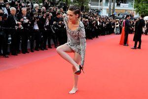 Kristen Stewart cởi giày cao gót, đi chân trần trên thảm đỏ Cannes