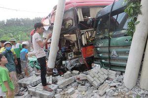 Xe giường nằm móc vào xe đầu kéo, 40 hành khách hoảng loạn
