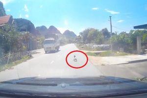 Clip: Tài xế thót tim trước hình ảnh cháu bé bò ngang quốc lộ giữa trưa nắng