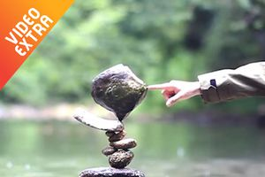 Chàng trai sắp hàng chục viên đá chồng lên nhau cân bằng