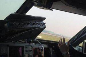 Cơ phó bị hút ra cửa sổ máy bay, cơ trưởng TQ đã làm gì?