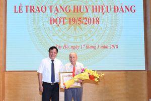 Trao tặng Huy hiệu Đảng cho các đảng viên quận Tây Hồ, Ba Đình và huyện Thanh Trì