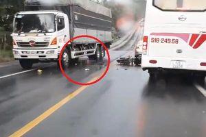 Clip: Vượt ẩu tông trúng ô tô, thanh niên bị xe tải cán qua người