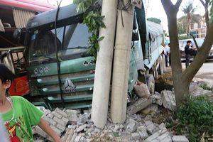 Xe khách va chạm xe chở đất, 2 người bị thương