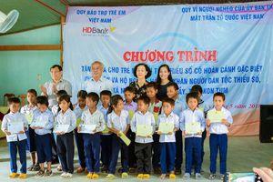Tiếp tục trao 50 suất học bổng cho học sinh nghèo đồng bào Rơ Măm