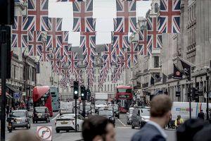 Chùm ảnh cờ hoa rợp trời trước ngày đám cưới hoàng gia Anh