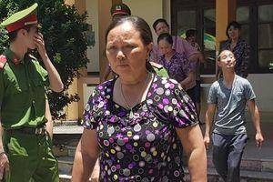 Người dân đội nắng đến dự phiên tòa xét xử bác sĩ Hoàng Công Lương