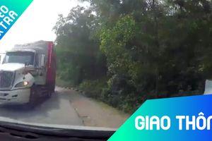 Hai xe container lấn làn khiến tài xế ôtô 'xanh mặt'