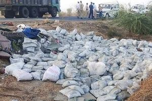 Lật xe tải, bao xi măng đè chết 19 công nhân
