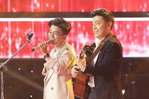 Lam Trường chơi guitar cùng thí sinh thể hiện bản hit 'Tình thôi xót xa'
