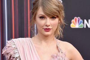 Taylor Swift tái xuất thảm đỏ Billboard Music Awards, chụp hình thân mật cùng BTS