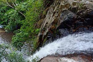 Khó đưa thi thể nghi của phượt thủ khỏi khu vực thác