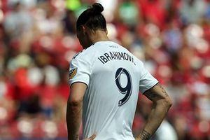 Cận cảnh Zlatan Ibrahimovic lĩnh thẻ đỏ trực tiếp vì tát đối thủ