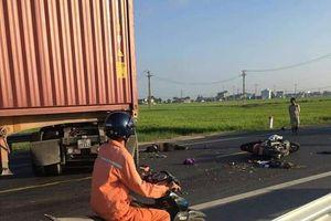 Va chạm với xe container, hai vợ chồng tử vong tại chỗ