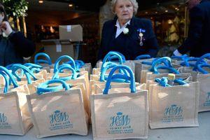 Túi quà tặng đám cưới hoàng tử Anh được rao bán tràn lan trên mạng