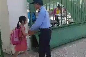 Bác bảo vệ già bắt tay từng học sinh tiểu học trước giờ vào lớp