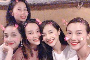 Vắng Trường Giang, Nhã Phương vẫn rạng rỡ đón tuổi 28 cùng hội chị em 'thắm sang'