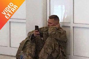 Cảm động người lính lỡ máy bay, xem vợ 'vượt cạn' qua điện thoại