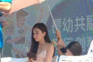 'Dâm phụ lẳng lơ nhất màn ảnh' bắt trợ lý quỳ xuống cầm ô che nắng?