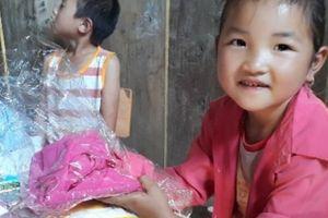 Sơn La: Thầy giáo cắm bản bỏ tiền túi mua sách, bút cho học sinh