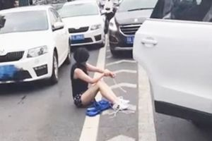 Va chạm giao thông, một cô gái bị bắt cóc rơi từ cốp xe ra ngoài