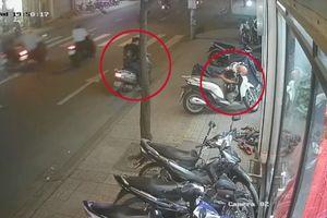 Người phụ nữ đầu trần chở trẻ nhỏ trên xe máy đi trộm cắp