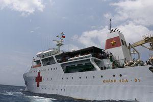 Tận thấy bệnh viện di động trên biển Đông