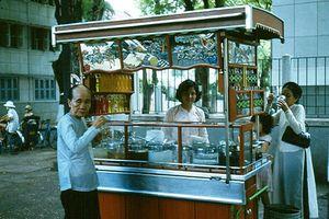 Hình độc về hàng quán giải khát trên vỉa hè Sài Gòn xưa
