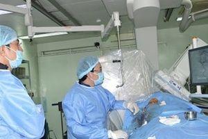 Can thiệp mạch máu não thành công cho 2 bệnh nhân