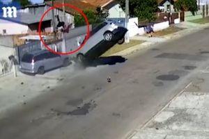 Clip tên trộm gặp tai nạn thảm khốc khi trốn chạy cảnh sát