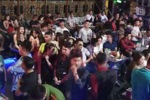 Cảnh sát 'đột kích' quán bar DC Club, hơn 300 khách chơi nhốn nháo