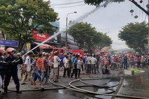 Sau tiếng nổ lớn ở tiệm tạp hóa, ngọn lửa bùng phát thiêu rụi nhiều tài sản