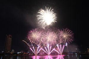 Mãn nhãn 'tiệc pháo hoa' bên sông Hàn