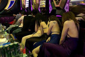 Gần 80 tiếp viên lưng trần 'vui vẻ' cùng khách ở hai tụ điểm ăn chơi