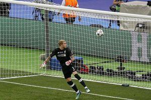 Mắc sai lầm ngớ ngẩn, thủ môn Liverpool hứng 'mưa gạch đá'!
