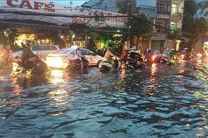 Người dân TP HCM phải 'bơi, lội' trên đường