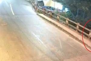 Clip: Thanh niên chạy xe máy tốc độ 'bàn thờ', người phụ nữ bị tông bay khỏi cầu