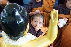 Tăng Ni, Phật tử xếp hàng tắm Phật ở bảo tháp Tây Thiên