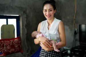 Hoa hậu châu Á Valentines Vân Nguyễn đến với trẻ em nghèo vùng biên giới