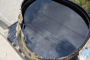 Tài xế đổ gần 3 tấn nhớt thải ra môi trường