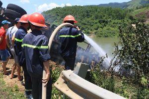 Xe ôtô chở dăm gỗ cháy ngùn ngụt vì gặp sự cố trên Quốc lộ 9